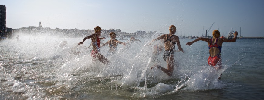 Triatlón corriendo al agua