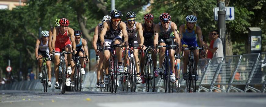 Triatlón triatletas en bici